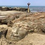 @instagram: Голова Бога Шивы высечена из камня на пляже Вагатор. Местная достопримечательность. Туристы специально приезжают на Вагатор, чтобы посмотреть на голову, а найти ее не так просто????#гоа #вагатор #индия #шива #путешествия #goa #vagator #india #travel #worl